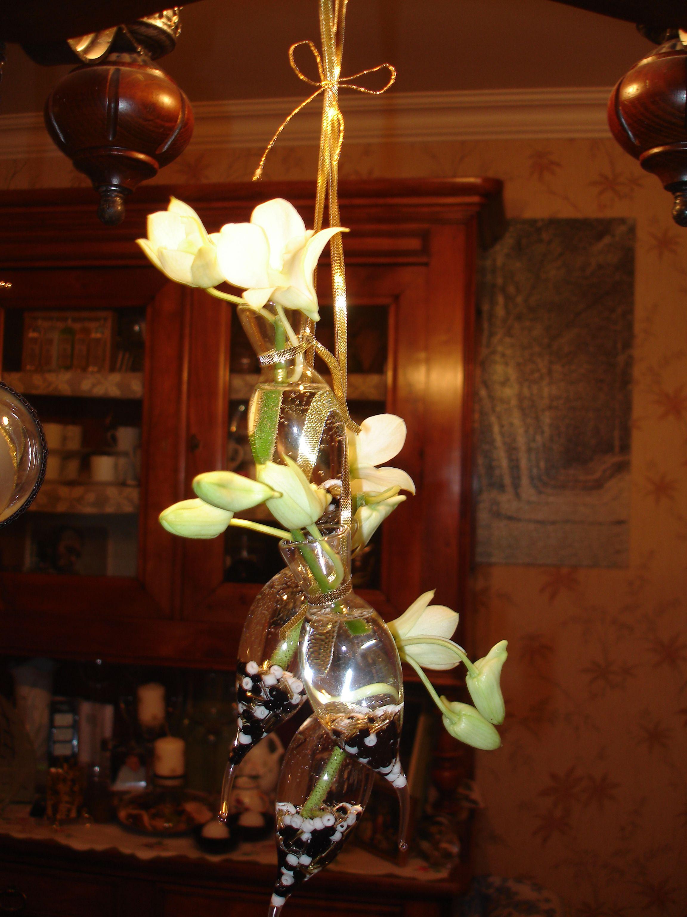 Bouquet en suspension sous un lustre for Lustre en suspension